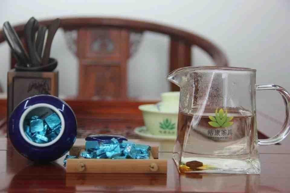 Kitajskij-chaj-Smola-shen-puera-CHa-Gao-Cha-Gao-s-aromatom-zhasmina-v-podarochnoj-upakovke-farfor-708800-6