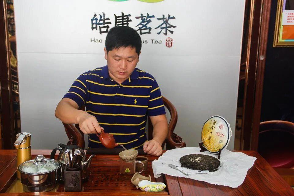 Shen puer Zolotoi yubilei fabrika Sinhai 2012 god 01