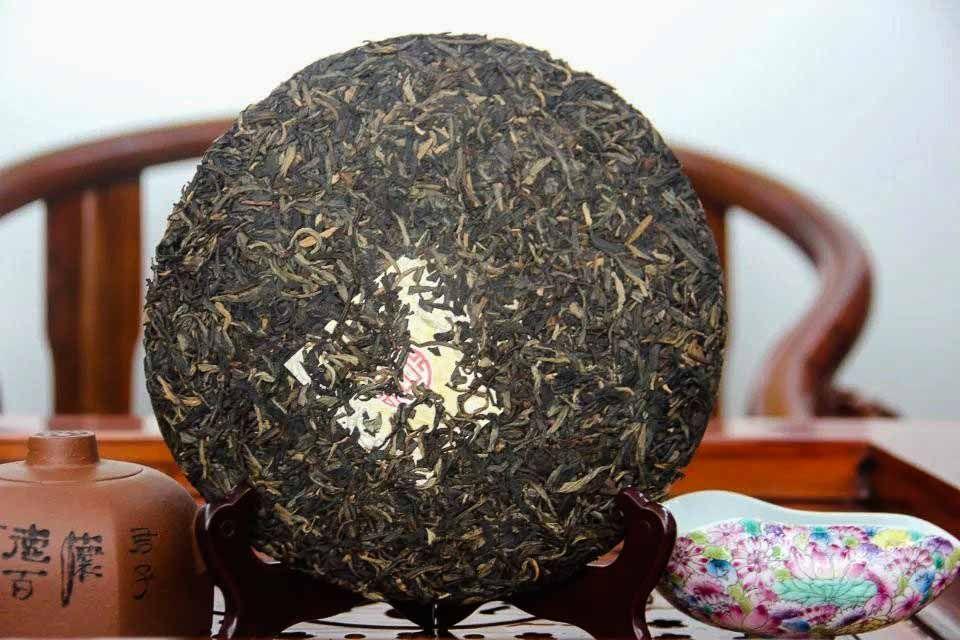 Shen puer Zolotoi yubilei fabrika Sinhai 2012 god 02