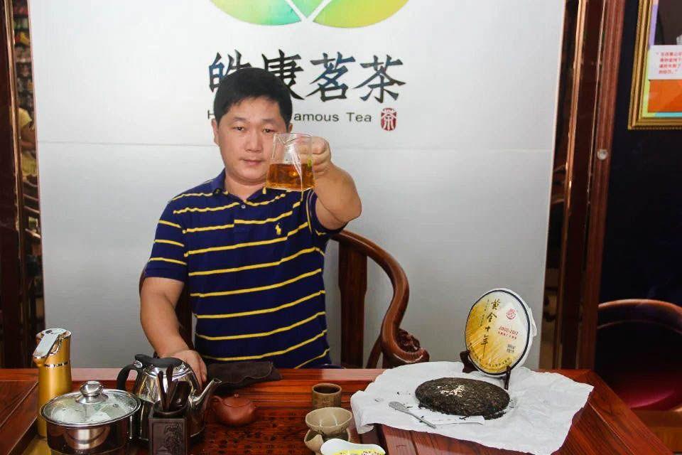 Shen puer Zolotoi yubilei fabrika Sinhai 2012 god 03