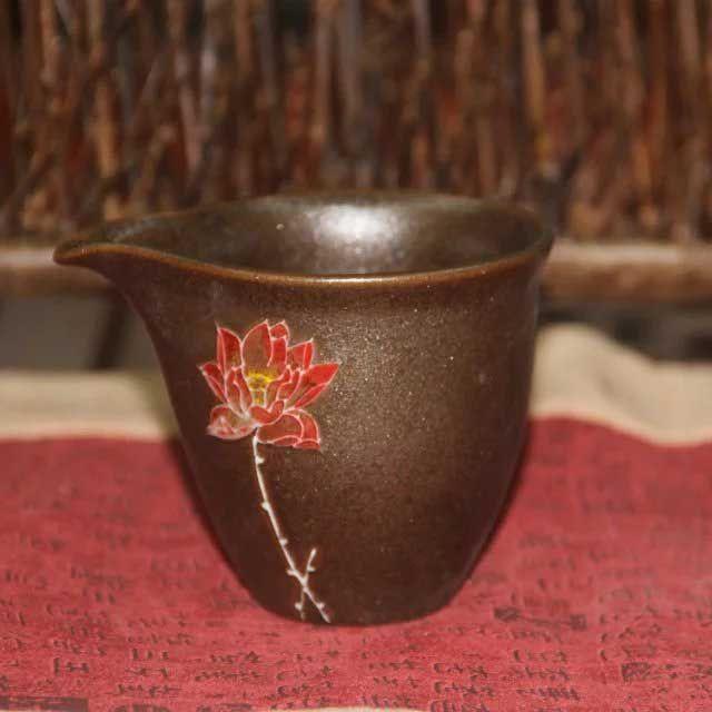 glinyanyj-chahaj-lotosa-odinokij-tsvetok